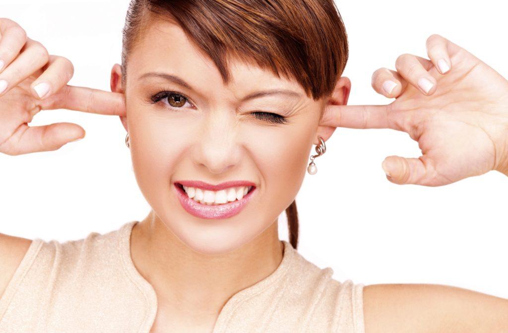 Чому закладає ліве вухо