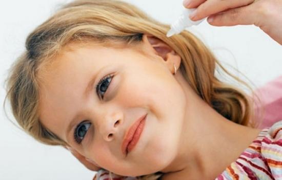 промивати вухо перекисом водню