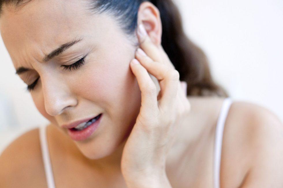 Що робити коли закладає вуха і болить голова