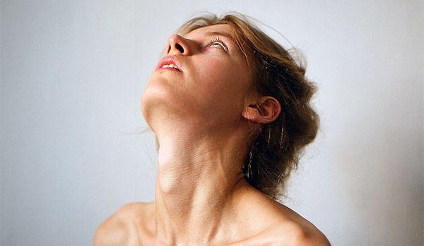 Що робити, якщо в горлі застрягла страви: причини і перша допомога
