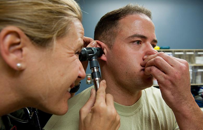 У чому причина якщо вухо не болить але і не чує і що робити