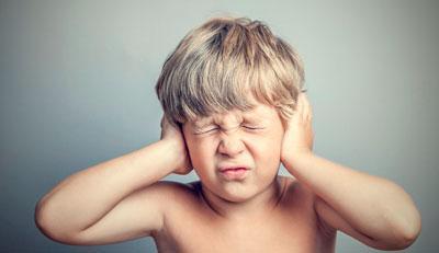 У дитини болить вухо: що робити в домашніх умовах, якщо малюк скаржиться, як надати першу допомогу?