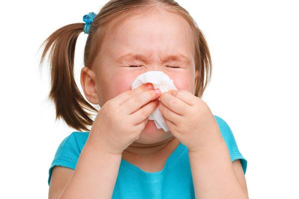 У дитини постійно соплі і закладений ніс: причини, що робити