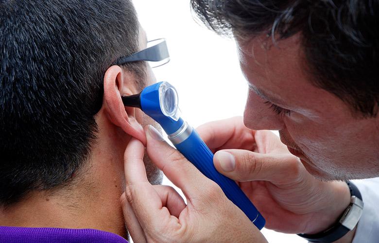 У вухо потрапила вода: що робити, якщо вона не виходить і заклало вухо