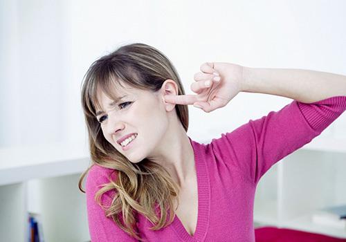 У вусі наче булькає вода і відчуття рідини: причинні фактори хлюпання і ознаки, що супроводжують їх, методи лікування та можливі ускладнення