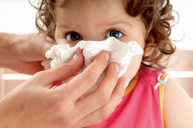 Як правильно і чим прибирати у немовлят соплі. Чим і як прибрати соплі у новонародженого?
