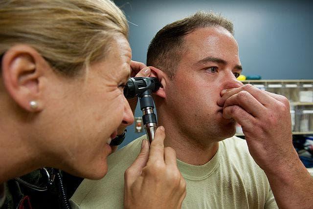 Як швидко і ефективно позбутися від закладеності у вухах