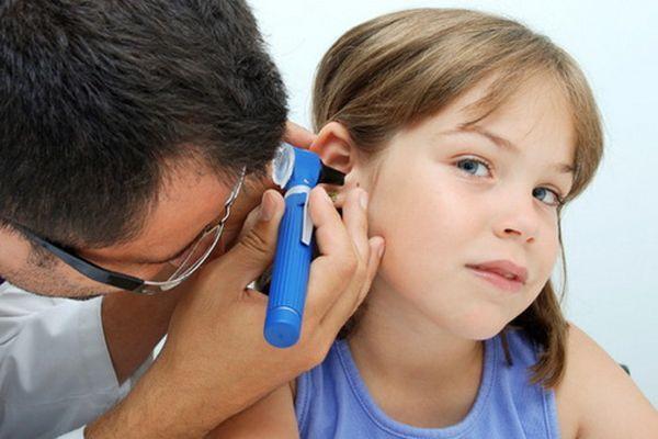 Як зрозуміти, що у дитини болить вухо