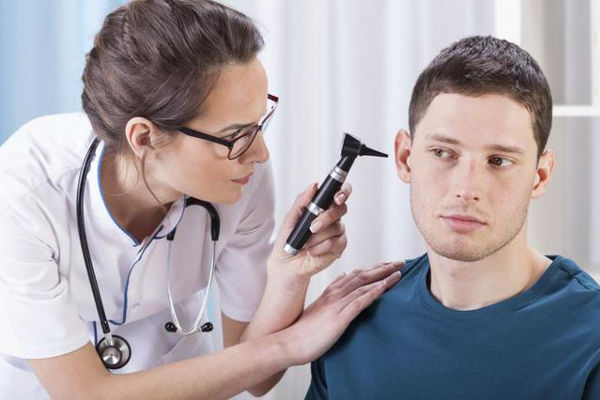 Закладеність вуха без болю: причини і лікування